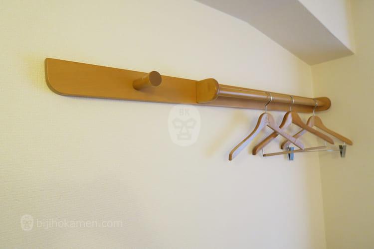 客室入口横のハンガー