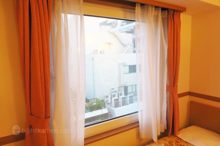 ベッド横の窓